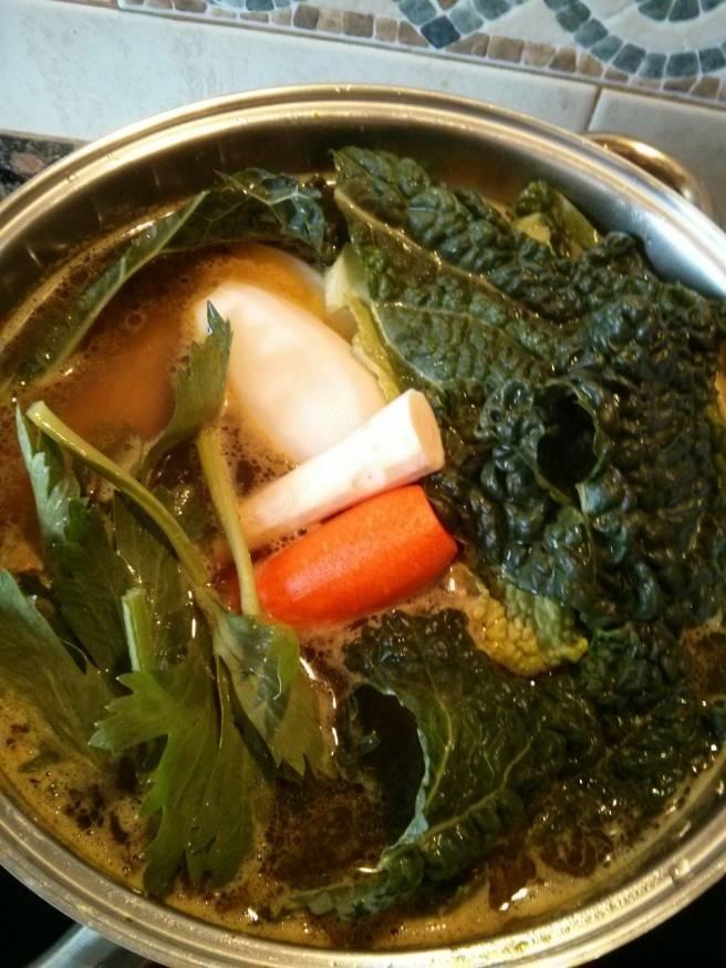 Brou casolà de carn, ossos i verdures
