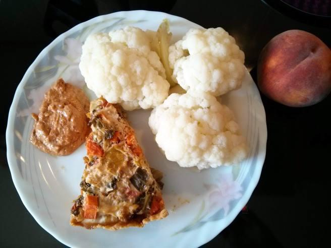 #Plat10: coliflor, pastís de carn i verdures. romesco i préssec de postres