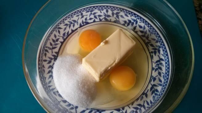 """Pastís de poma """"gluten free"""", els ous, la mantega i el sucre"""