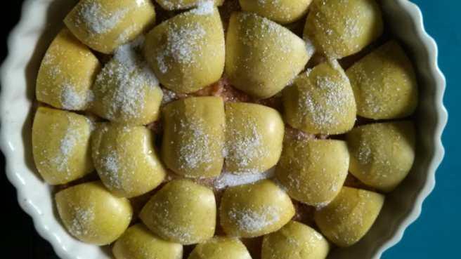 "Pastís de poma ""gluten free"", rajolí d'oli i polssim de sucre sobre les pomes"