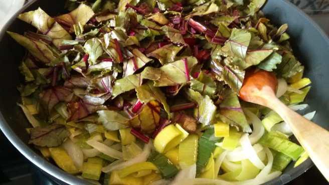Quiche de fulles de remolatxa, ceba i porro, hi afegim les fulles de remolatxa