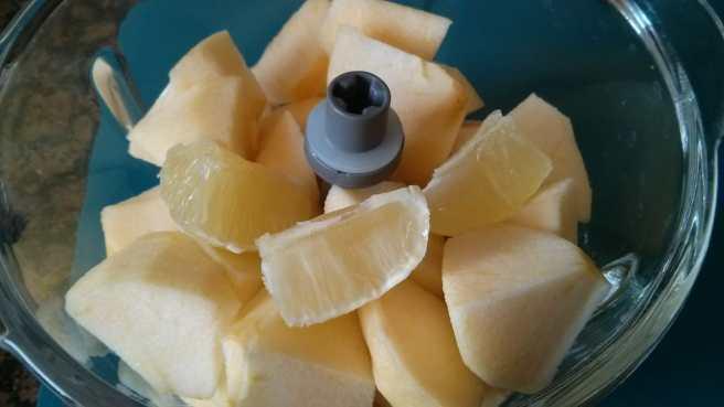 Pastís de poma i coco, la poma i la llimona a la picadora