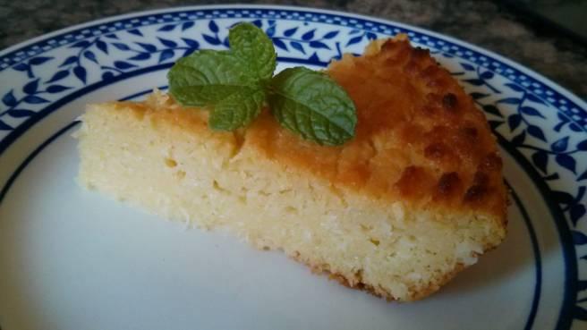 Pastís de poma i coco, tall de pastis al plat