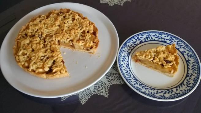 Pastís de pomes caramelitzades, el pastís i el tall al plat