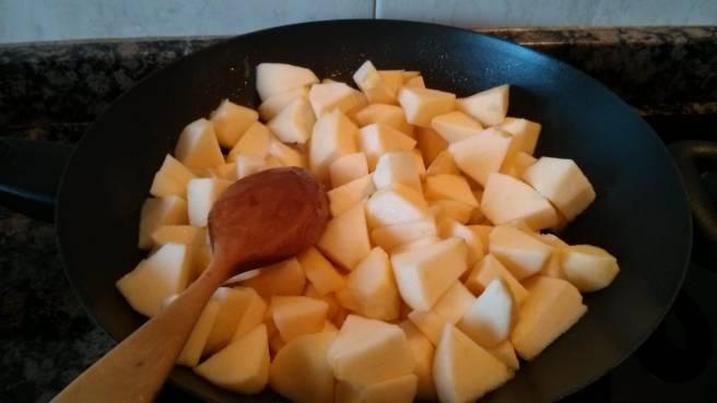 Pastís de pomes caramelitzades, les pomes a la paella